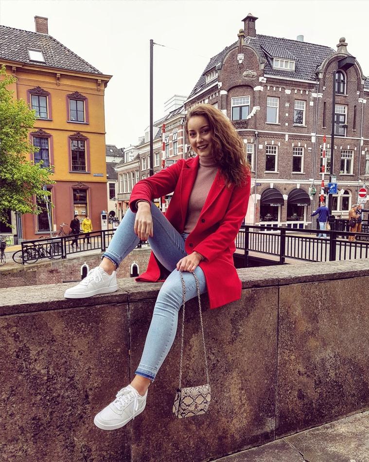 Outfit | De perfecte lichtblauwe jeans en mijn rode mantel!